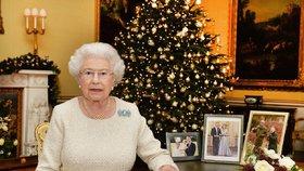 Tajemství Vánoc královny Alžběty: Alkohol se zaměstnanci a šplhání na strom!