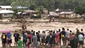 Vietnamci prchají před smrtícím tajfunem, na Filipínách zabil nejméně 240 lidí