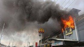 Obchodní dům začal v nákupní špičce hořet: Zemřelo zřejmě 37 lidí