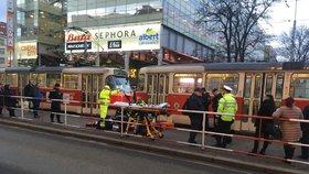 Tramvaj na Floře porazila chodce: Dopravní podnik kolejovou dopravu ve směru z centra odkláněl