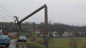 Časté výpadky elektřiny na východu Prahy: Zemědělci porazili stožár vysokého napětí, linka je přetížená