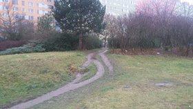 Místo bahnité cesty chodník. Zkratka v Bohnicích dostane důstojný povrch