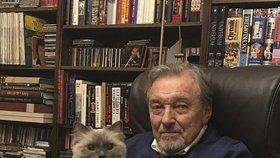 Gottovo přání z Bertramky: Fanouškům poslal vzkaz s kočkou na klíně