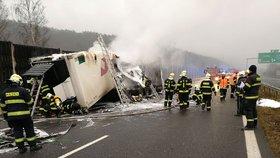 Dálnice D5 ve směru na Prahu byla zavřená: Shořel tam kamion