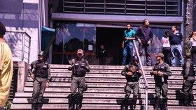 Rabování, rvačky o jídlo: Supermarkety hlídali před nájezdy hladovějících vojáci