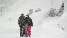 Sníh odřízl švýcarský Zermatt i rakouské středisko. V Alpách varují před lavinami