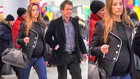Hugh Grant bude popáté otcem! Jeho partnerka už bříško neschová