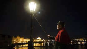 Jaké je být lampářem? Vydejte se o víkendu na pochod Prahou v záři plynových lamp