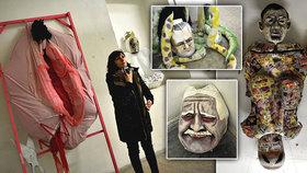 Obří nastřižená vagina i maska Klause, Kalouska a Babiše: Iniciativa poprvé vystavila rekvizity z průvodu