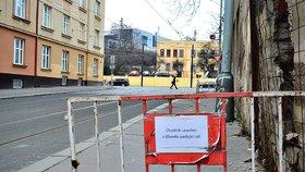 V centru Prahy se zřítila část chátrajícího domu: Okolí je uzavřené