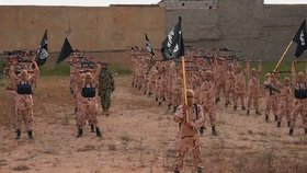 """Al-Káida nabírá nové teroristy, snaží se Islámskému státu """"přetáhnout"""" bojovníky"""