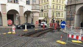 Odkloněné linky, náhradní zastávky: Malou Stranu čeká velká výluka, tramvaje pojedou jinak