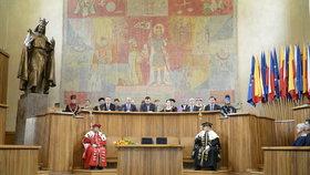 Karlova univerzita poprvé odebrala tituly kvůli plagiátorství. Absolvent přišel o Mgr. et Mgr. před jménem
