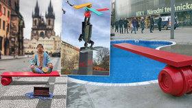 Červená »Havlova« lavička za 850 tisíc dobyla internet: Lidé o ní vtipkují, jiní ji kritizují a chtějí po Praze 6 vysvětlení