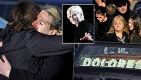 Pohřeb Dolores z The Cranberries: Partner, maminka s vnoučaty a exmanžel se sešli nad rakví
