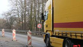 Dopravní a vodovodní komplikace v Újezdu nad Lesy: Přes léto se opravují vodovodní armatury