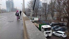 Dělníci si dali na čas: Libeňský most začali opravovat až v sobotu večer, mají na to 30 dní