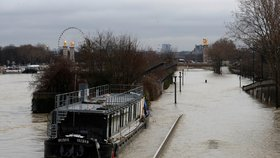 Paříž uzavřela památky, lidé jsou bez proudu. Hladina Seiny stoupá
