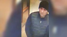 Zloděj z nákupního centra v Letňanech ukradl pokladnu, bylo v ní 60 tisíc. Poznáte ho?