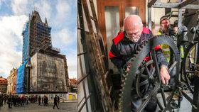Odvezli srdce Staroměstského orloje, zbylo po něm jen prázdné místo: Historický stroj u sebe doma opraví orlojník