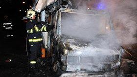 V Praze v noci na čtvrtek shořela dvě auta: Hasiči vyšetří, proč k požáru došlo