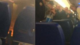 Děs a plameny na palubě letadla: Exploze nabíječky zapálila sedadla