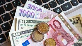 Česká koruna letos ztratila k euru i dolaru. Analytici ale čekají zlom