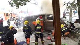 V Šanghaji najelo auto do lidí, 18 zraněných. Řidič vezl plyn a zapálil si cigaretu