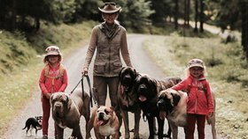 Vedle dvou dětí mají 18 psů! Jak to rodina z Brna zvládá?