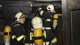 Na Břevnově v noci shořela sauna. Majitel se zranil, chtěl ji sám uhasit