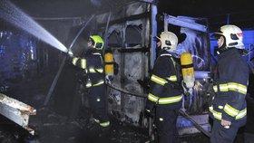 Požár v Praze 6: Nad motolskou nemocnicí v noci shořela provizorní garáž. Příčina se vyšetřuje