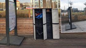 Neuvěřitelné vandalství řeší Praha 6: Všechny tři skříně s oblečením pro bezdomovce někdo zničil