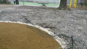 Na hřišti v Holešovicích vandalové poničili plot. Radnice neskrývá rozhořčení