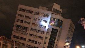 Silné zemětřesení na Tchaj-wanu: Dva mrtví, přes 100 zraněných a zřícený hotel