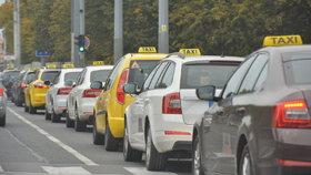 Za kilometr o osm korun víc! Lidé si v taxících připlatí, pražští radní schválili zvýšení sazeb