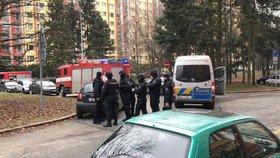 Zásahovka v Kobylisích: Muž se zabarikádoval v bytě a hrozil výbuchem. Policie ho zpacifikovala