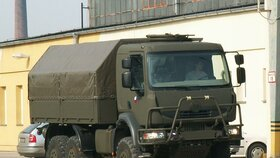 U Žatce havarovala armádní tatra: Tři vojáci jsou zranění