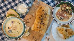 Nesmrtelné kuřecí! Polévka, nadívaná prsa i závin: 3 recepty na víkendové pošušňání