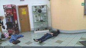 Chlapec (3) se koupal v oblečení v kašně, jeho matka mezitím ležela opilá na zemi