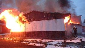 Obrovský požár uprostřed sídliště v Karlových Varech. Lidé se děsili pekelného praskotu