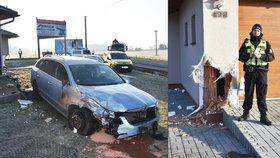 Neuvěřitelná jízda řidiče (32) na Plzeňsku: Jel po poli, prorazil plot, zbořil dům a vyjel ze zahrady