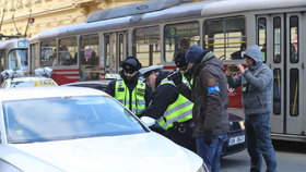 Taxikáři zablokovali magistrálu u hlavního nádraží. Předstírali poruchu i drobnou dopravní nehodu