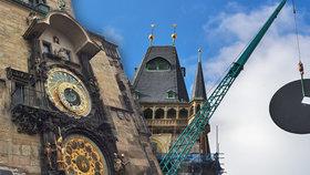 """Staroměstská věž má nové """"barokní"""" ciferníky. Jeden váží 110 kilogramů a usadili ho za sedm minut"""