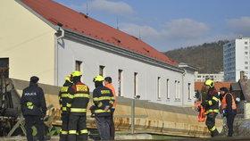 Vlak v Radotíně umsrtil osobu: Hasiči cestující evakuovali, doprava na trati mezi Prahou a Berounem stála