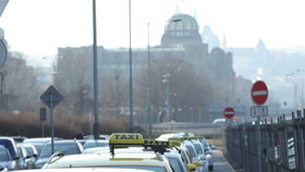 Taxikáři přesunuli chystaný protest z Letné do centra Prahy. Přijet mají MHD