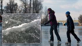 Mrazy lákají bruslaře i na nebezpečný led. Jak se neprobořit do ledové vody?