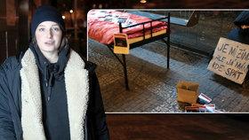 VIDEO: Na noc bezdomovkyní. Proč studentka Radka (20) spala v mrazech na zastávce?