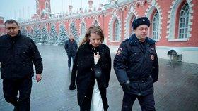 """Putinovu rivalku polili vodou a srazili na zem. Kvůli debatě, kde byla za """"couru"""""""