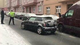 Podivná nehoda v Praze 6: Srazila se tři auta, jeden z řidičů zmizel neznámo kam