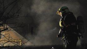 V Dubči hořela domácí sauna. Na místě byla nebezpečná koncentrace oxidu uhelnatého